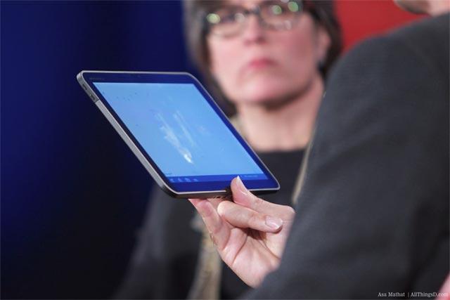 motorola-tablet-gingerbread Rubin shows Android Honeycomb running on Motorola tablet