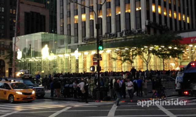 130920-iphone-640x384 Launch Day Crowds for iPhone 5S and iPhone 5C