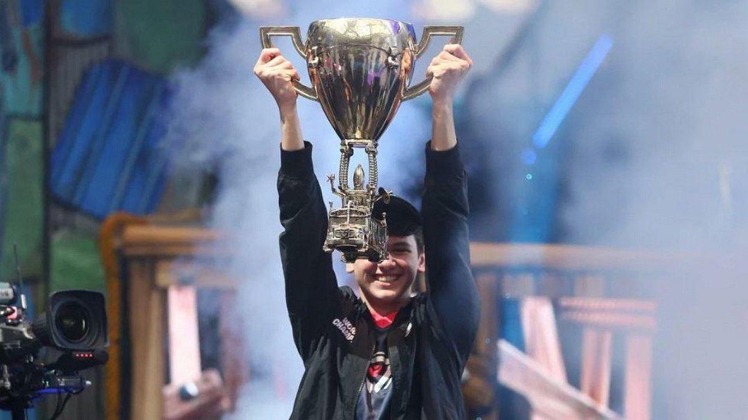 Fortnite Bugha drží trofej
