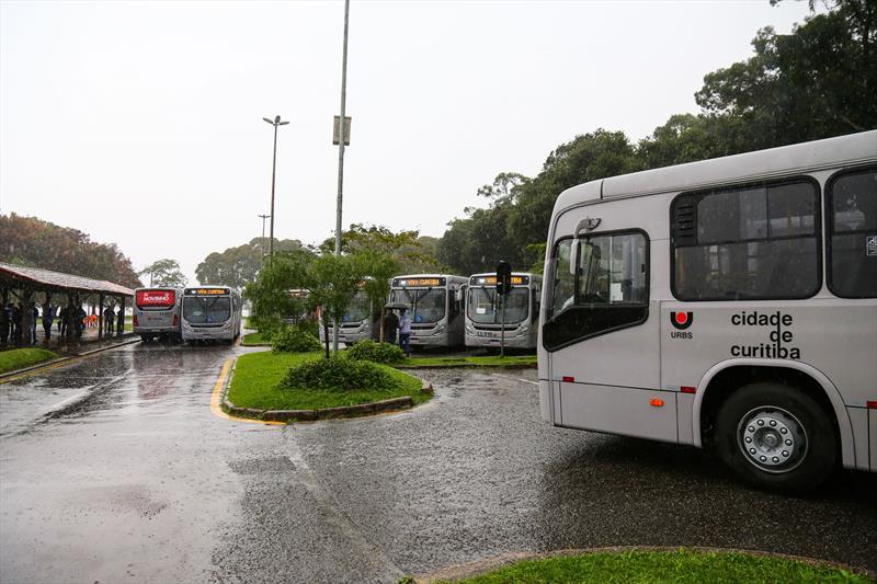 Novos ônibus na área externa