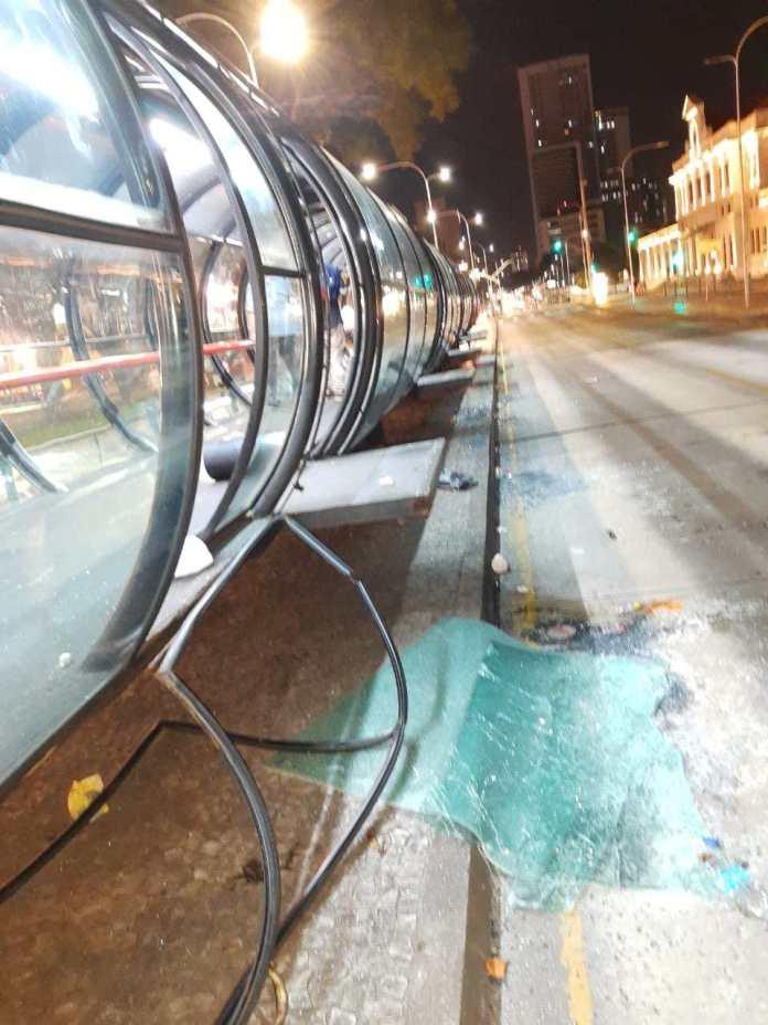 Ônibus estação-tubo danificados
