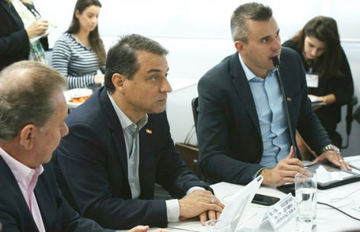 Carlos Moisés em reunião