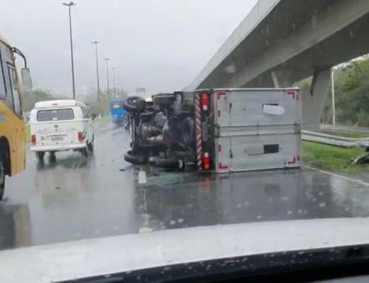 Caminhão tombado Itacorubi