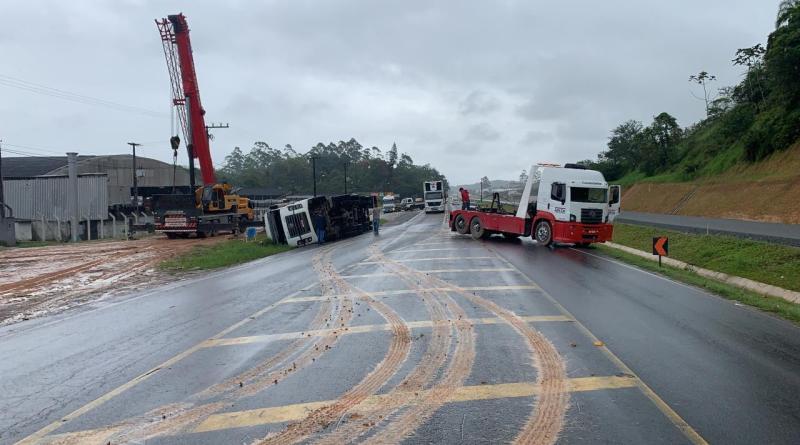 Caminhão tombado em Gaspar