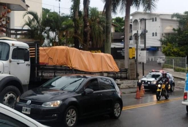 Caminhão na Rua Deputado Antônio Edu Vieira