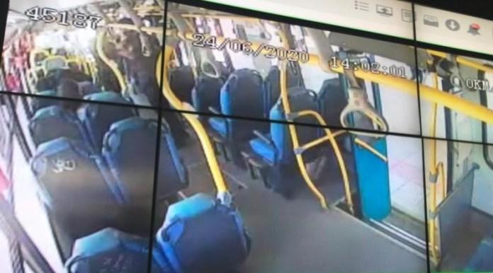 Passageira Máscara no ônibus