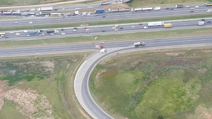Caminhão na rodovia Ayrton Senna