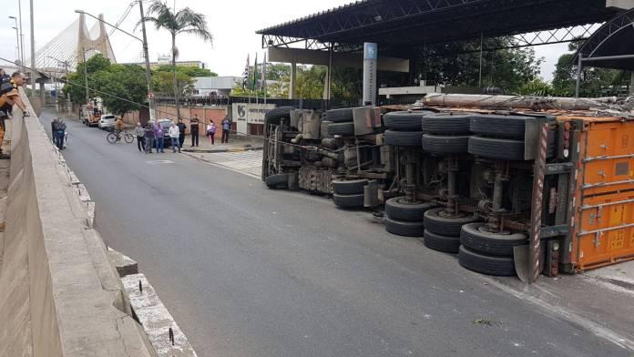 Caminhão tombado na Avenida do Estado