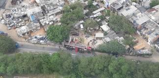Caminhão tombado na região do viaduto Domingos Franciulli Netto
