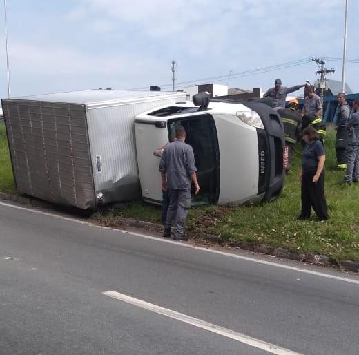 Caminhão capotado na rodovia Raposo Tavares