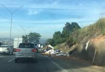 Caminhão tombado em Mairiporã Rodovia Fernão Dias