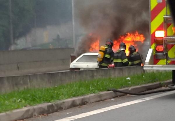 Carro em chamas Bombeiros