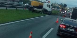 Carreta tanque na rodovia Presidente Dutra