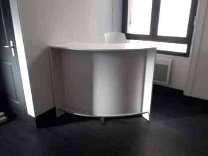 Comptoir d'accueil avec rangements (fermeture par clé)