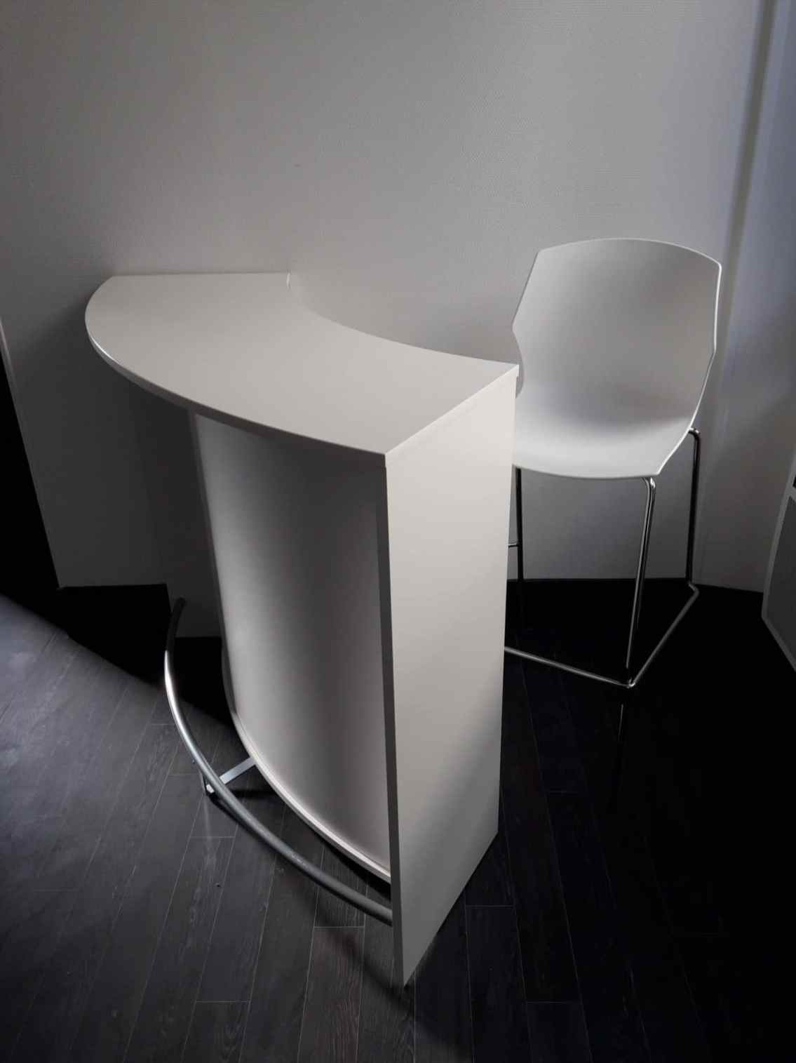 Siège haut MyFrill coloris blanc destiné à l'accueil du comité d'entreprise