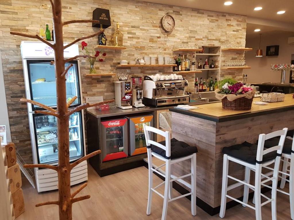 Chiamaci al numero 0171 040104. Sgabelli In Legno Per Arredamento Bar Ristorante Pizzeria Pub In Legno Con Schienale Stile Rustico Mobilificio Maieron Paluzza Udine Italia