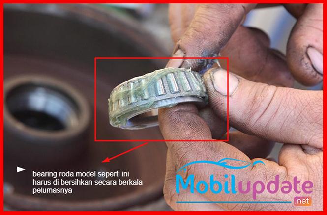 mengganti grease pada bearing roda