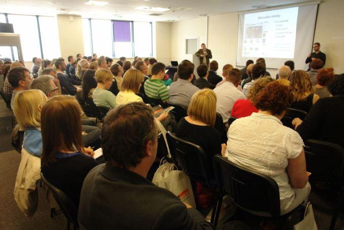 Zdjęcie z uczestnikami konferencji Dostępność 2015 (sala i prowadzący wystąpienie)
