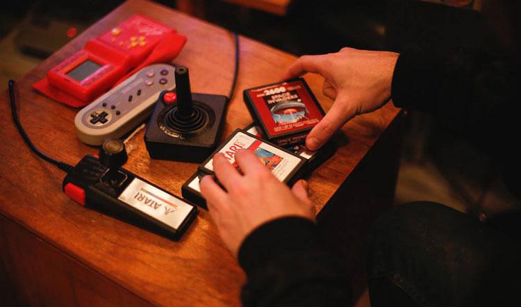 Przenośne konsole w barze hotelowym