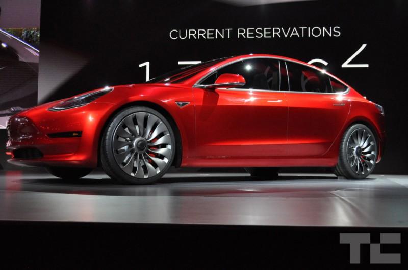 Czerwony Model 3 od Tesla