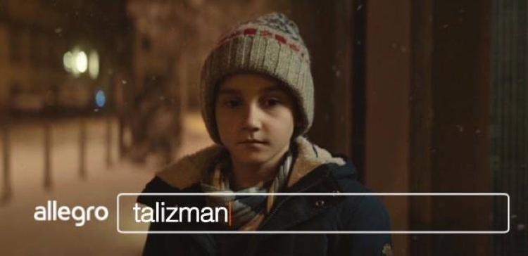 """Reklama świąteczna 2017 Allegro z chłopcem pt. """"Talizman"""" (kadr z filmu)"""