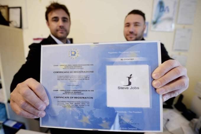 """Bracia Barbato chwalą się certyfikatem rejestracji """"swojej"""" marki..."""