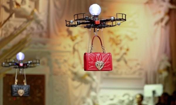 Drony zaprezentowały na wybiegu torebki Dolce & Gabbana