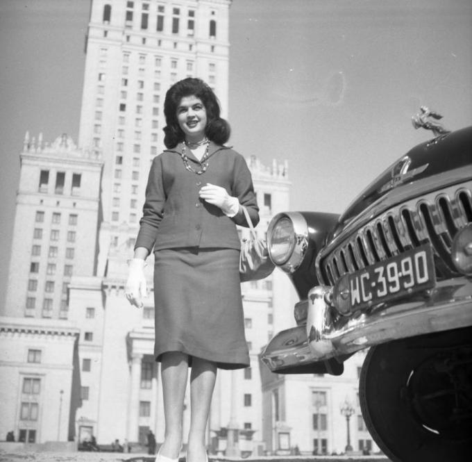 Modelka na tle Pałacu Kultury i Nauki w Warszawie, obok samochód Wołga (fot. Romuald Broniarek/KARTA)
