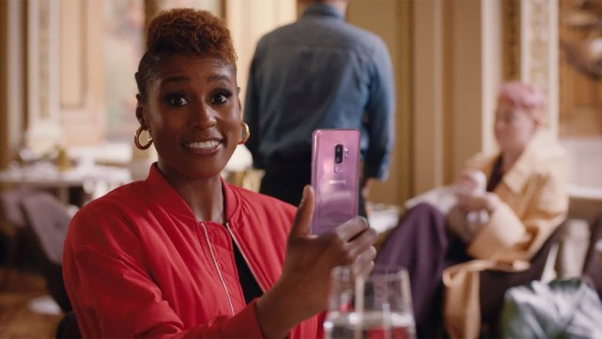Issy Rae w reklamie Samsunga Galaxy S9 (spot na galę Oscarów 2018)