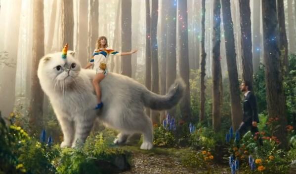 Taylor Swift ujeżdżająca caticorna w spocie AT&T – musicie to zobaczyć!