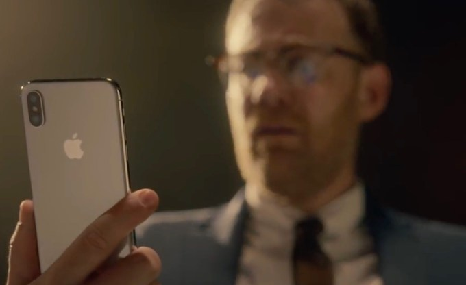 "Kadr z reklamy Apple'a pt. ""Memory – iPhone X"""