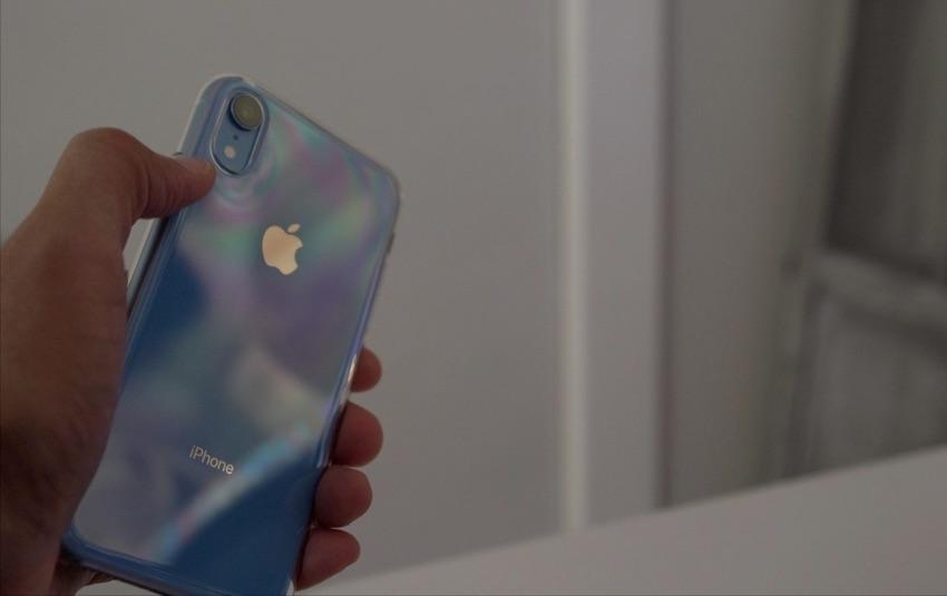 Efekt tęczy na przezroczystym etui Apple'a