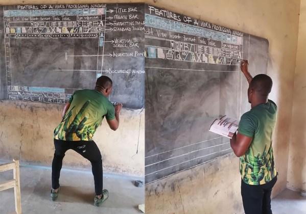 Nauczyciel z Ghany uczy dzieci Worda na tradycyjnej tablicy