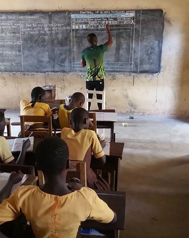Lekcja informatyki w jednej ze szkół w Ghanie