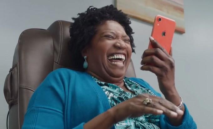 """Kadr ze spotu """"Inside Joke"""" – prywatność w iMessage"""