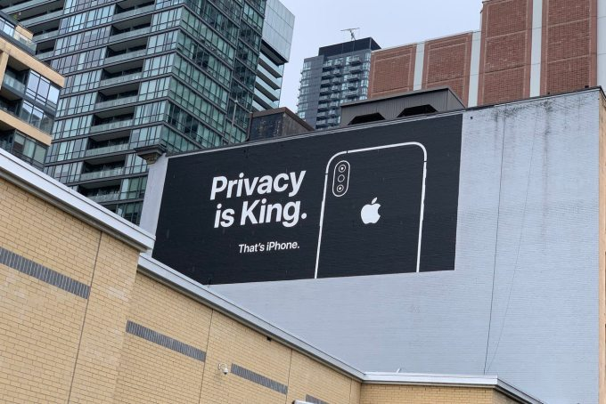 "Billboard Apple'a dot. prywatności - Kanada ""Privacy is a King"" (2019)"
