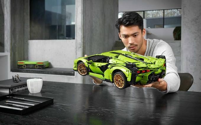 Skala klocków LEGO® Technic™ Lamborghini Sián FKP 37 z profilu