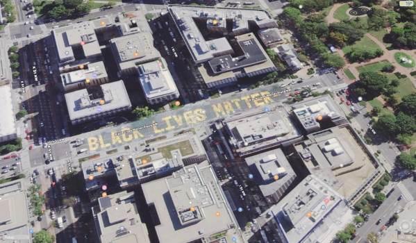 Napis Black Lives Matter w Waszyngtonie widoczny w Mapach Apple'a