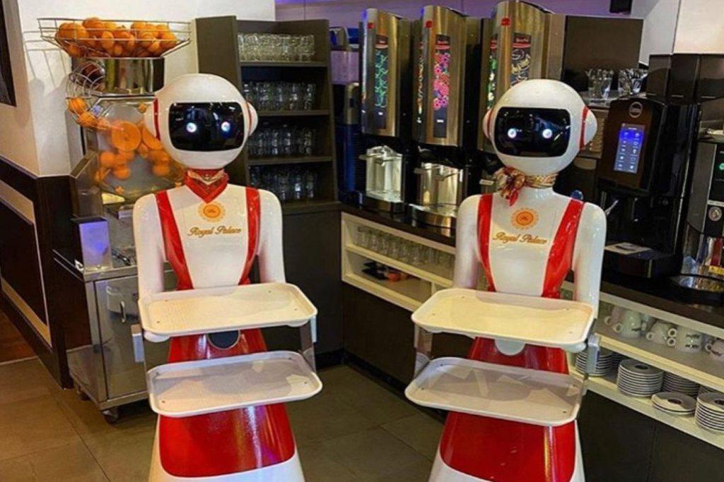 Kelnerzy-roboty w chińskiej restauracji Royal Palace Renesse w Nederlandach