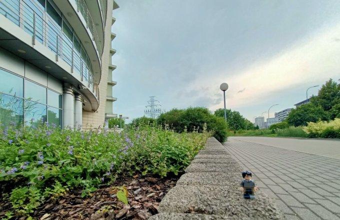 Ludzik lego na murku przed budynkiem (- zdjęcie wykonane Oppo Reno3)
