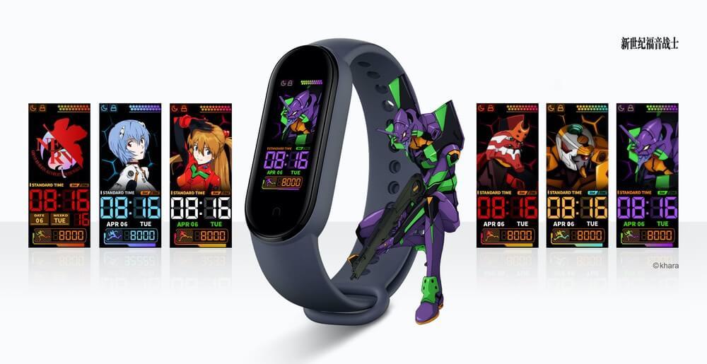 Xiaomi Mi Band 5 z grafitowym paskiem i tarczą z bohaterami seriali anime
