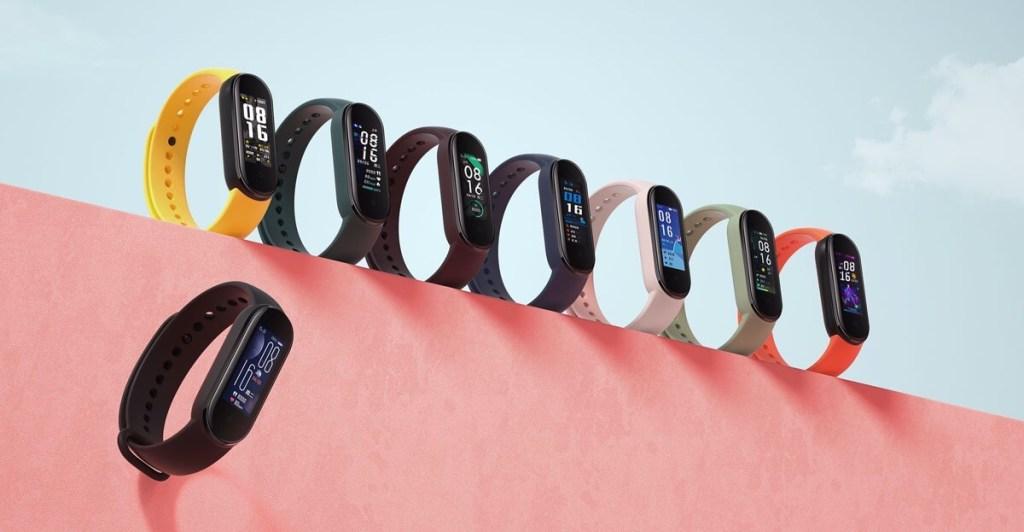 Xiaomi Mi Band 5 z paskami w różnych kolorach