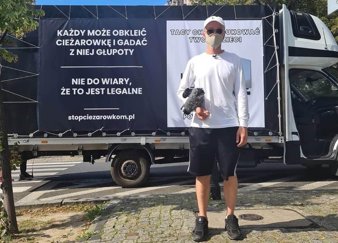 """Krzysztof Gonciarz przed furgonetką """"Stop Ciężarówkom"""""""