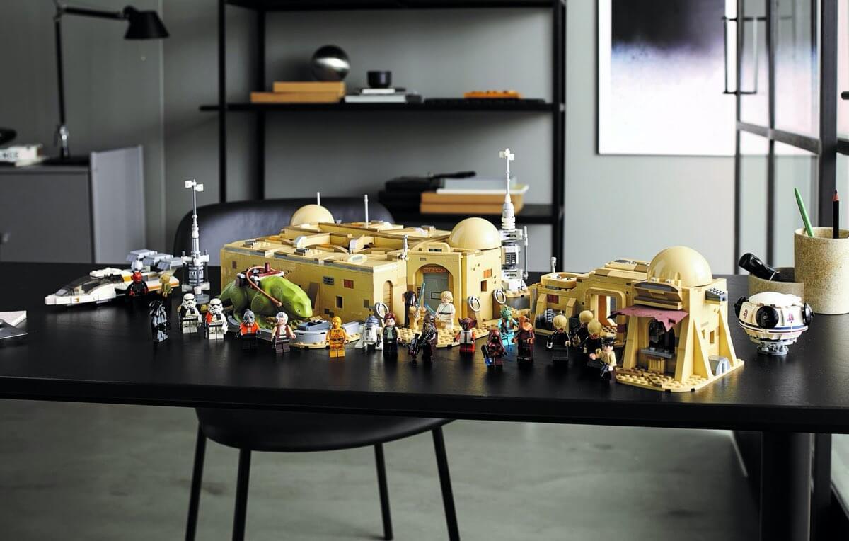Kantyna Mos Eisley™ LEGO #75290 - rozłożone na stole