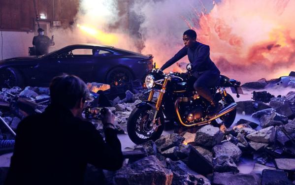 Agentka 00 z Jamesa Bonda pozuje do zdjęć wykonanych Nokią 8.3 5G