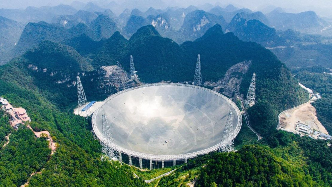 Gigantyczny radioteleskop FAST w Chinach (średnica 500 m)