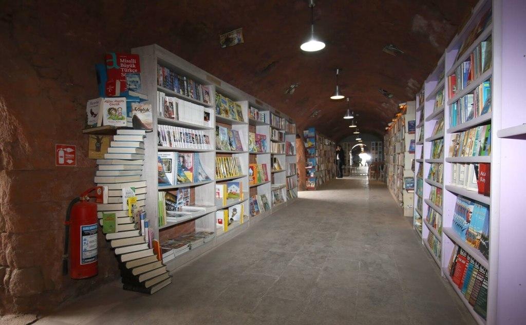 Biblioteka stworzona z wyrzuconych książek w Ankarze (Turcja) - fot. Çankaya Belediyesi