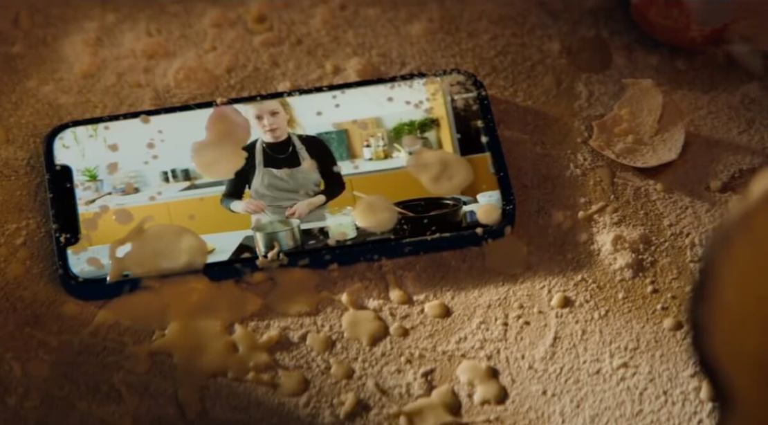 "Kadr z reklamy ""Cook"" iPhone'a 12 firmy Apple"