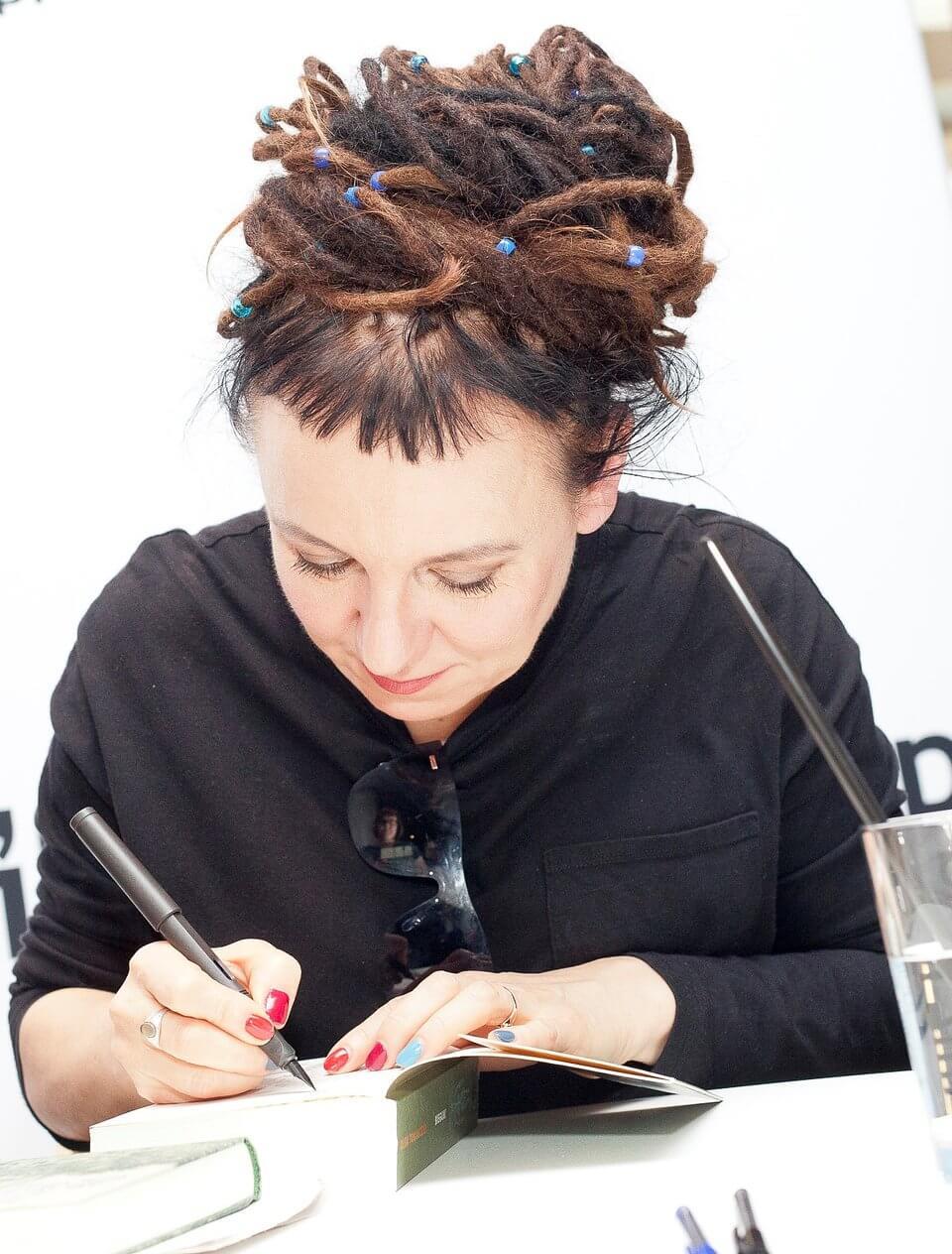 Olga Tokarczuk podpisująca książki