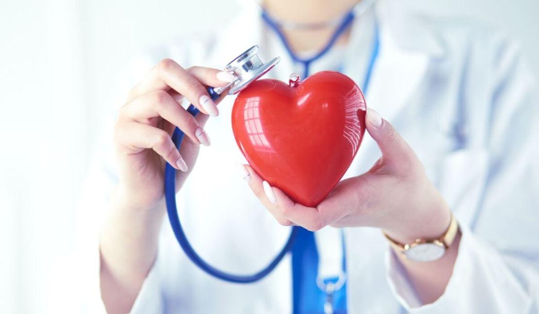 Lekarka przykładająca stetoskop do serca